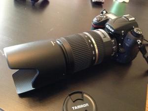 Tamron SP 70-300 mm f 4-5.6 kiinnitettynä Nikon D7000 runkoon.