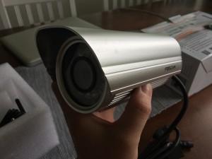 Foscam FI9804W on hieman isompi kokoinen, kuin aiemmat halppiskamerani.