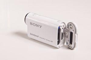 Akku ja muistikortti. / Battery and memory card.