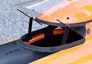 Visiirin avaus ja tukimekanismi toimii myös tarranauhalla. / You can secure the visor position with velcro.